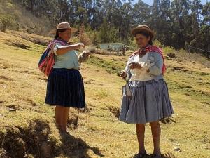 Doña Justina, right, 2016 Spinzilla Champion for the Bolivian team
